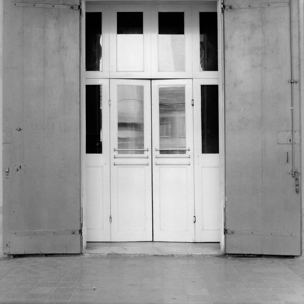 Guido Guidi, Teatro Bonci, Cesena, 1984, stampa ai sali d'argento, cm 24x30, © Guido Guidi, courtesy Viasaterna