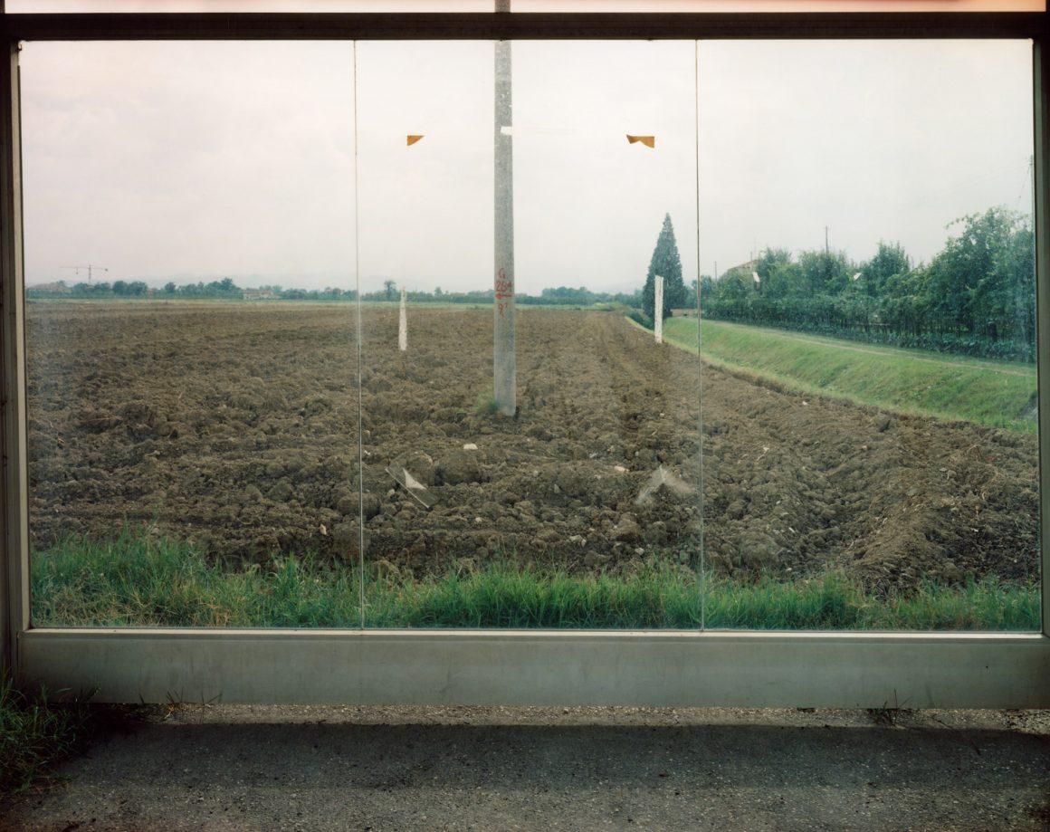 Guido Guidi, Via Emilia, Savignano, 1991, stampa a contatto c-print, cm 24x30, © Guido Guidi, courtesy Viasaterna