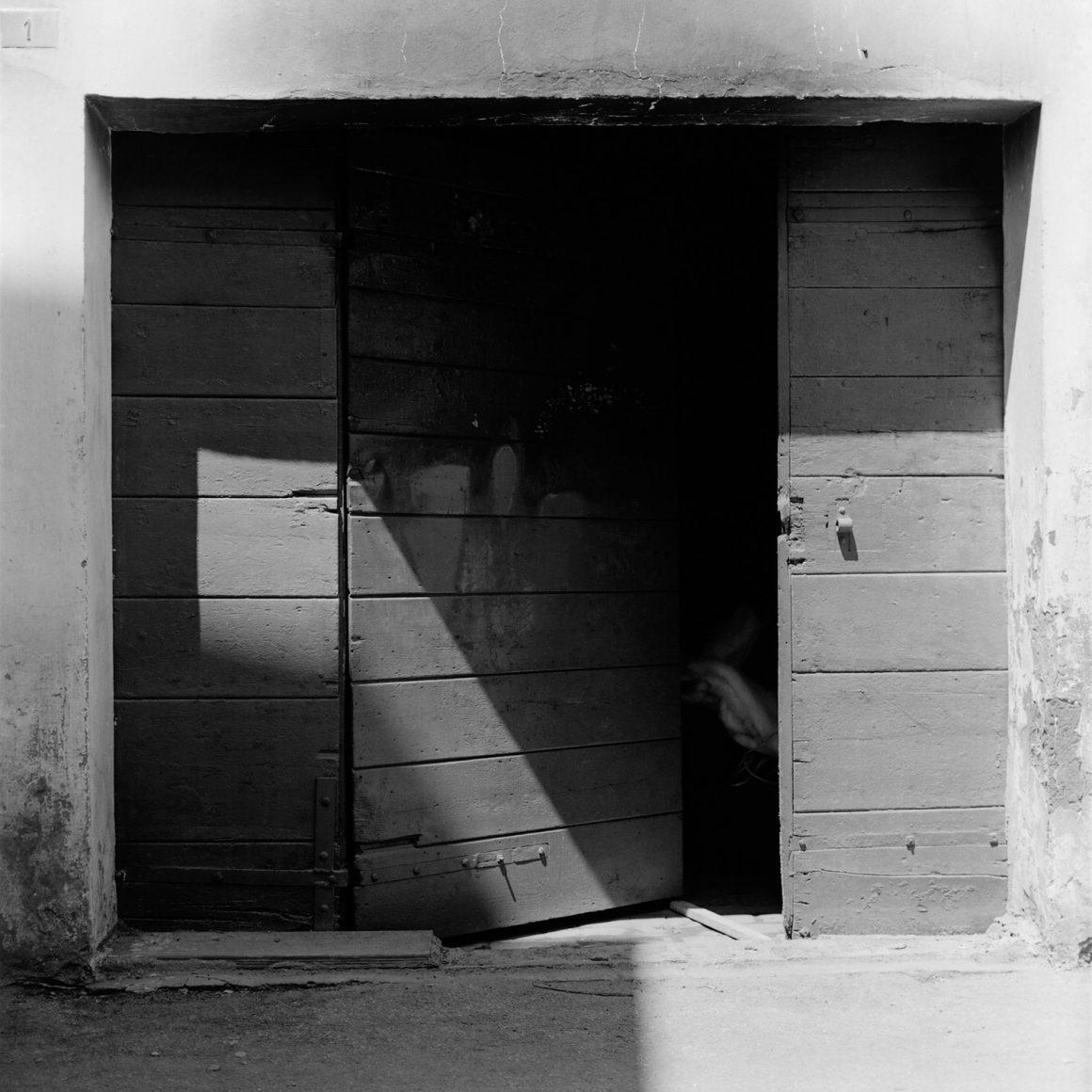 Guido Guidi, Via Montanari, Cesena, 1980, stampa ai sali d'argento, cm 24x30, © Guido Guidi, courtesy Viasaterna
